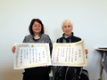 金子助産師(左)が新潟県知事より表彰